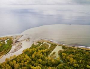 拆除大坝后,泥沙从Elwha河涌入胡安德富卡海峡。 图片来源:John Felis,美国地质调查局