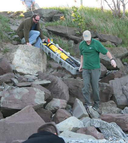Mike Satchwell and Greg Boyer of SUNY ESF bring the AUV to the shoreline at SUNY Oswego (Credit: New York Sea Grant)