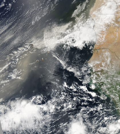A well-defined plume of dust swept across the entire Atlantic Ocean on June 24, 2009. (Credit: NASA)