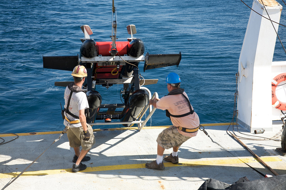 Crew on board the NOAA R/V McArthur II retrieving ISIIS in the Gulf of Mexico, August 2011. (Credit: Jessica Luo / University of Miami)