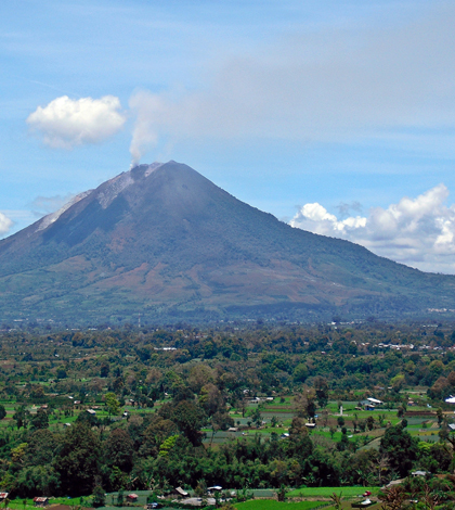 Mount Sinabung seen from Gundaling Hill in 2011 (Credit: Kenrick95, via Wikimedia Commons)