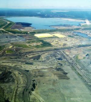 Oil sands mine site in Alberta (Credit: TastyCakes, via Wikimedia Commons)