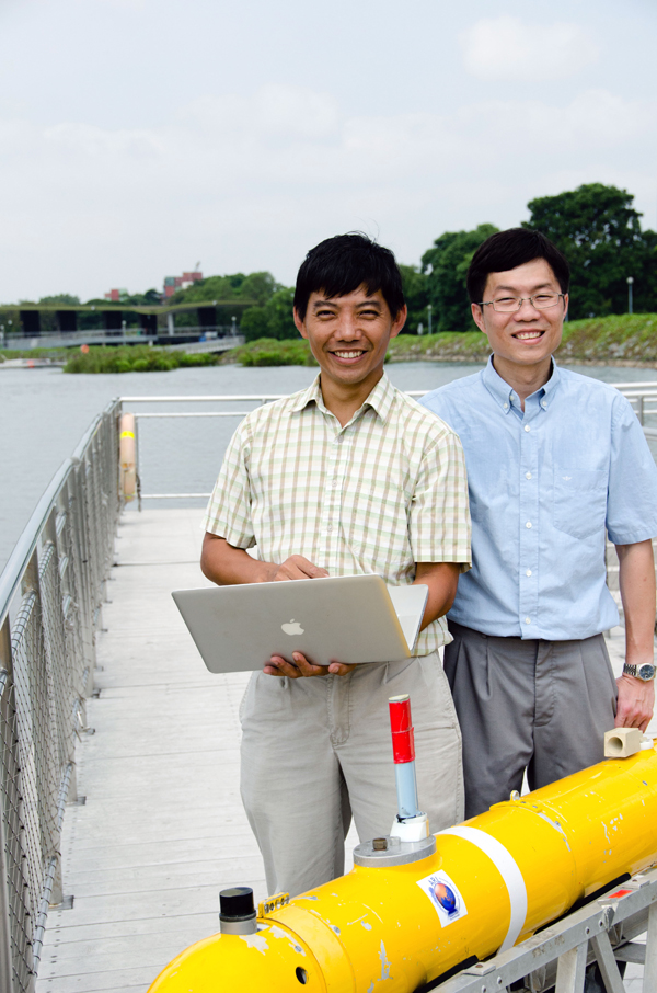 Koay Teong Beng, research associate at Tropical Marine Science Institute (left), and Kelvin Ng Chee-Loon, research scientist at Singapore-MIT Alliance for Research and Technology Center for Environmental Sensing and Modeling (right), launch the LEDIF within an autonomous underwater vehicle. (Credit: Singapore-MIT Alliance for Research and Technology)
