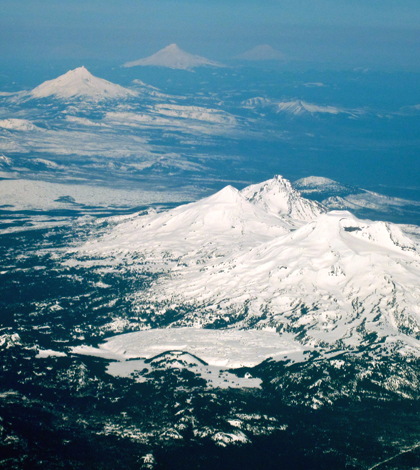 The Cascade Mountains, where spring storms swung snowpack levels from dry to average (Credit: puuikibeach, via Wikimedia Commons)