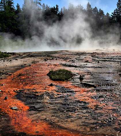 Silex spring is one of the many geothermal areas in Yellowstone National Park. (Credit: Brocken Inaglory/CC BY-SA 3.0)