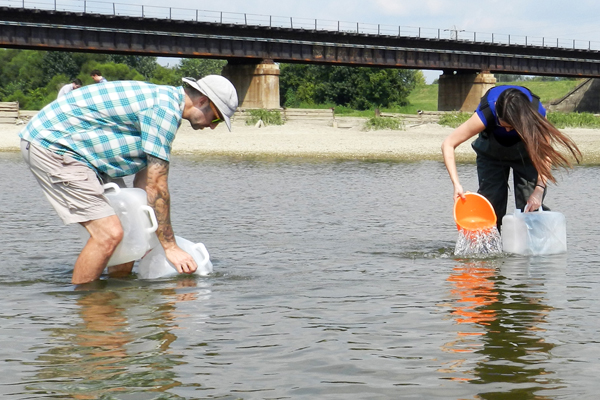 Silvia Newell (right) and Lee Slone collect water samples upstream of an impoundment on the Lower Great Miami River. (Credit: Nate Christopher / Fondriest Environmental)