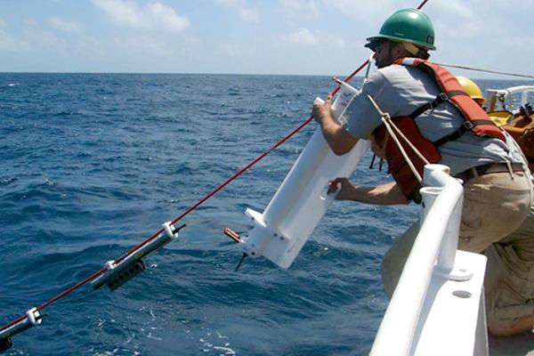 A researcher deploys the chi-pod sensor. (Credit: Jim Moum / Oregon State University)
